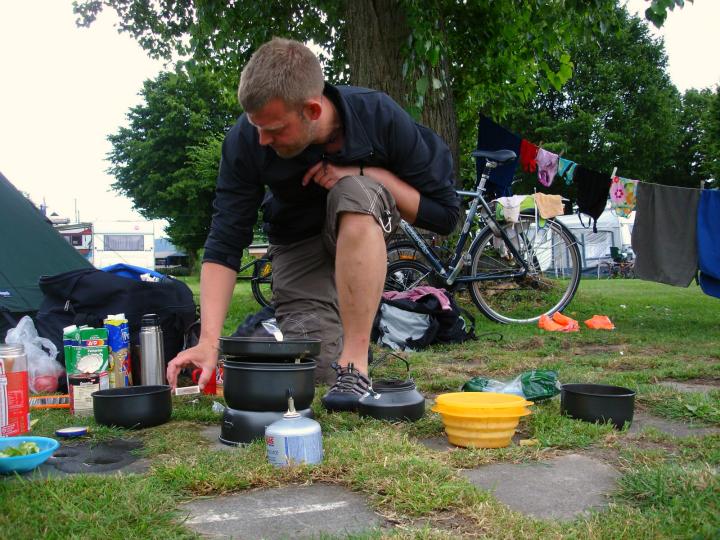 Cykeltur med blebørn. Danny laver mad på trangia - Alle Ud