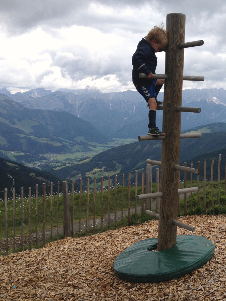 Vandring i Saalbach Østrig. Udsigt og leg på Eventyrruten. Børnefamilie vandreferie