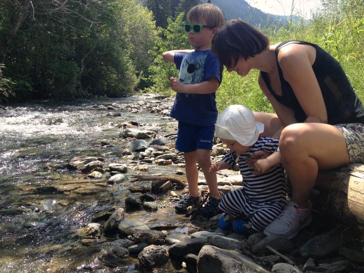 Vandring i Saalbach Østrig. Pause i skyggen ved en flod. Børnefamilie vandreferie. Alle Ud