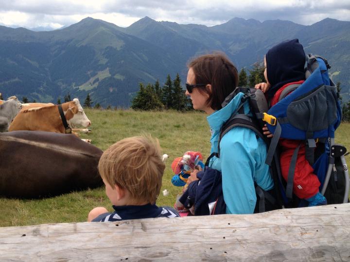 Udsigt over bjergene i Saalbach Østrig. Barn i bærestol. Vandring med børn. Alle Ud