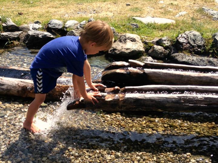 Vandring Saalbach Østrig. Leg med vand. Eventyrruten. Alle Ud
