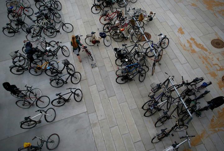 """""""Vi er tilsyneladende ikke i Australien"""" konstaterer og deler billedet af de mange cykler ved DOKK1 i Aarhus"""
