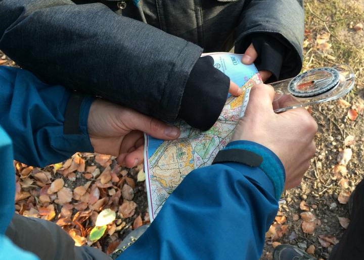 Vi leder efter næste post på kortet - med Find vej i Danmark i Marselisborg Skoven - Alle Ud