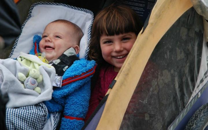 De to børn, Unai og Maïa, i cykeltraileren. Foto: Mundu Bicyclette
