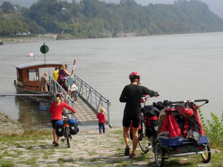Cykeltur med fire børn. På vej mod cykelfærge over Donau.