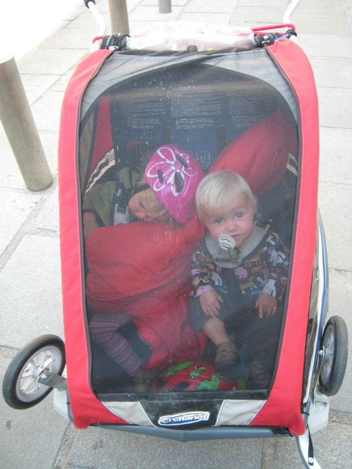 Cykeltur med blebørn. Middagssøvn i cykelanhænger. Børn sover - Alle Ud