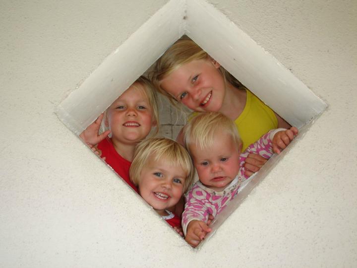 Agnes og Alma og deres to yngre søstre, Ida og Maren