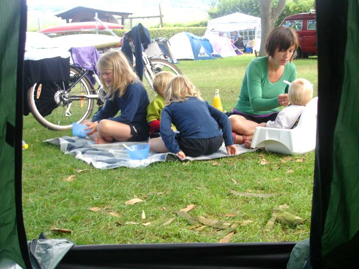 Morgenmad med fire børn på cykeltur. Udstyr til blebørn på cykeltur - ikea højstol - Alle Ud