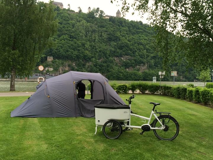 Teltet er slået op på Campingplads lige ned til floden. Udsigt til bjergene og en gammel borg