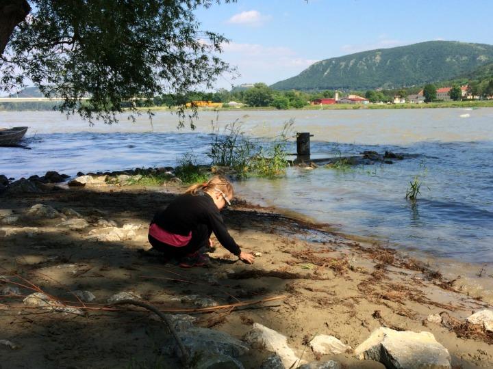 Det er altid sjovt at lege i vandkanten. Donau. Østrig