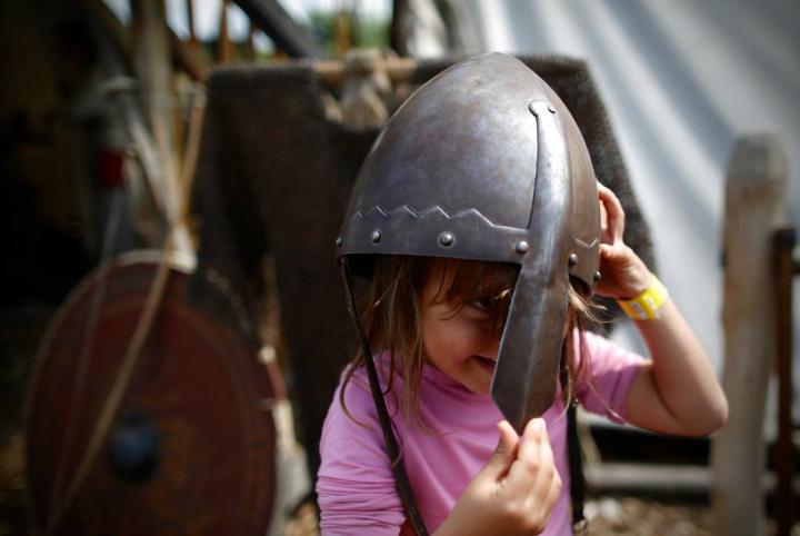 Vikingehjelmen vejer er det samme som Eden's hoved. Vikingecenteret i Ribe