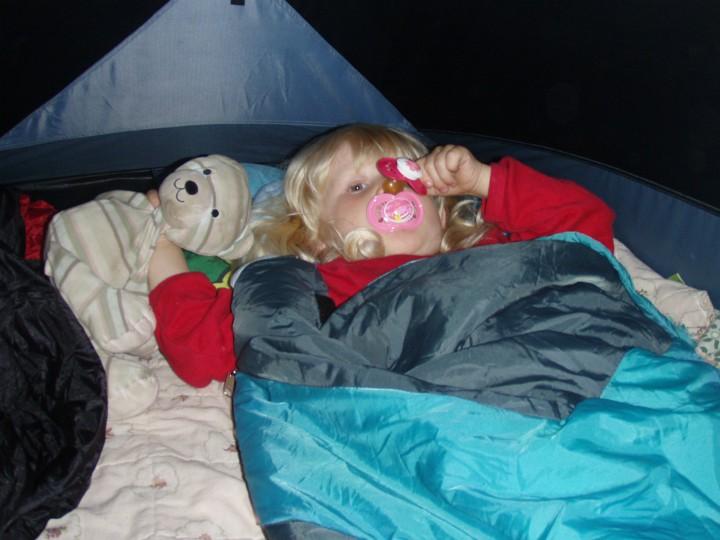 Sove i telt barn kanotur