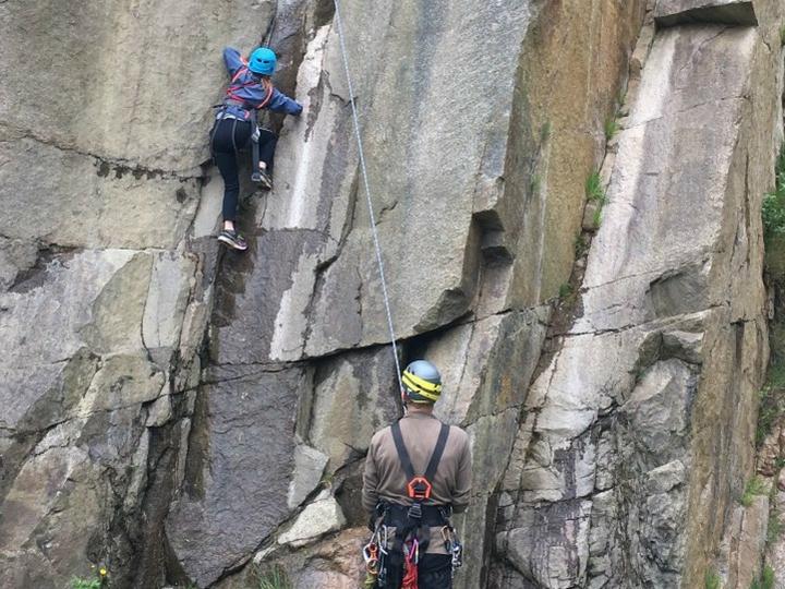 Klippeklatring klatring barn familie Vang granitbrud bornholm