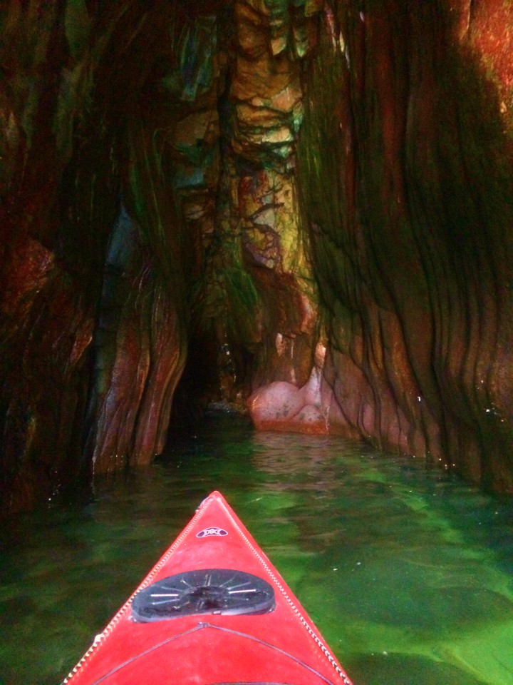 Vaade Våde Ovn grotte klippehule Bornholm Havkajak guidet tur kajak