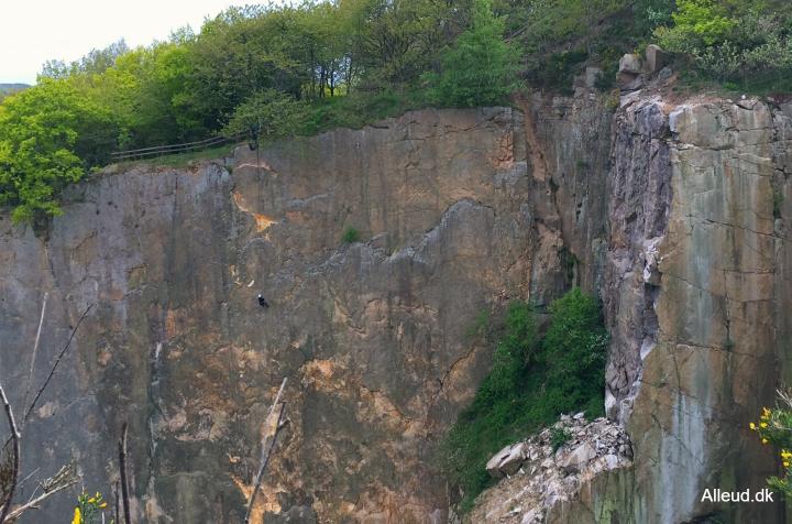 Granitklippe klippevæg Opalsøen Nordbornholm Hammerknuden rappelling rappelle