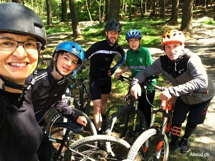 Trailcenter Bornholm MTB mountainbike familie familievenlige spor guidet tur børn mountainbikespor Almindingen familievenligt